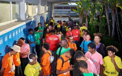 Estudiantes de Los Ángeles vestidos con las camisetas de colores que llevaban los estudiantes asistentes al desfile parisino de Louis Vuitton.