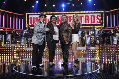 """Carlos Latre, junto al jurado del concurso musical """"Uno de los nuestros""""."""