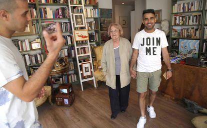 Lolo Rico con sus amigos Mustafa (izquierda) y Mahmud, refugiados palestino y sirio.