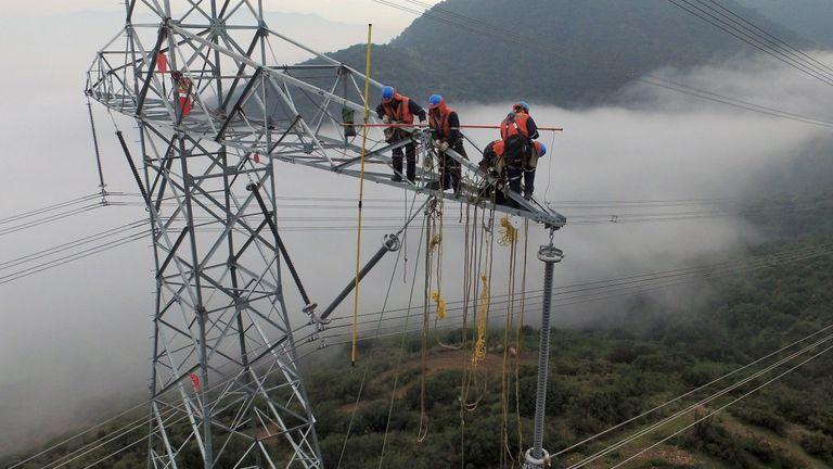 Unos trabajadores de Elecnor colocan un sistema de transmisión en Cantareira (Brasil).