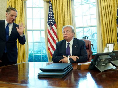 Donald Trump, en el Despacho Oval junto a Robert Lighthizer, Representante de Comercio de EE UU.
