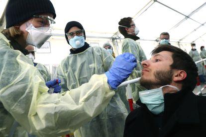 Personal sanitario toma muestras para análisis de coronavirus en una instalación en Múnich (Alemania).