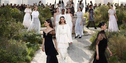 El desfile de Chanel, en el huerto recreado en el Grand Palais, en París, este martes.