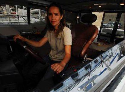 Olga Sola posa en la cabina de mando del <i>Odisea</i>, amarrado  en el puerto de L&#39;Escala (Girona).