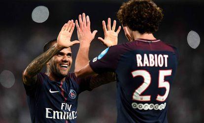Alves felicita a Rabiot.