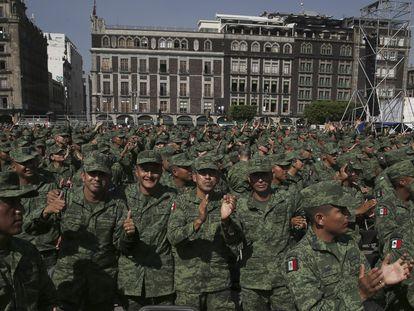 Soldados mexicanos en una celebración en el Zócalo de Ciudad de México.