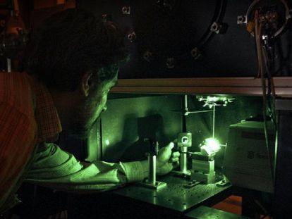 José Mª Fernández, químico, investigador, alineando un láser de Argón ionizado utilizado como fuente de excitación de un espectrómetro Raman de alta sensibilidad dedicado al estudio de moléculas en fase gaseosa. Laboratorio de Fluidodinámica Molecular. Instituto de Estructura de la Materia.