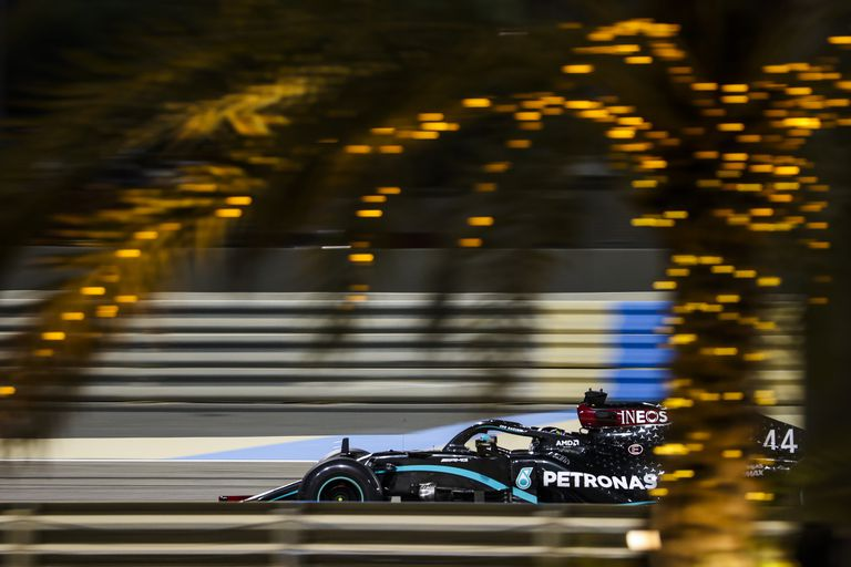 El piloto de Mercedes y campeón de Fórmula 1 Lewis Hamilton en el circuito de Sakhir.