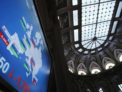 Paneles que informan sobre la prima de riesgo en la Bolsa de Madrid.