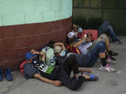 Un grupo de hondureños y salvadoreños espera a las afueras de la Casa del Migrante de Tecún Umán, Guatemala.
