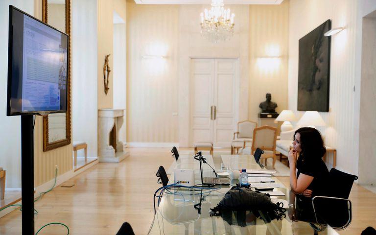 La presidenta de la Coumunidad de Madrid, Isabel Díaz Ayuso, en una reunión telemática desde su apartotel durante el confinamiento.