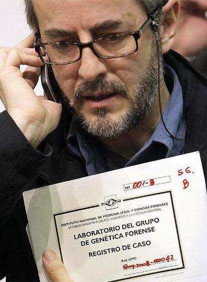 El coordinador de Genética de la Fiscalía Colombiana, Manuel Paredes, con las documentación del <i>caso Emmanuel</i> tras la rueda de prensa de hoy en Santiago de Compostela.