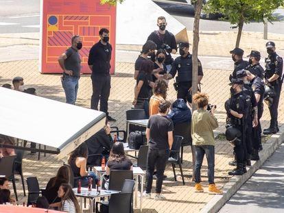 Agentes de policía identifican a varios estudiantes tras los altercados por la visita del rey a Castellón.