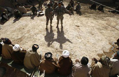Un mando del ejército estadounidense se dirige, a través de un intérprete, a los líderes tribales durante una reunión de la <i>shura</i>, en Badula Qulp, en la provincia de Helmand.
