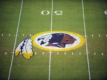 El logotipo de los Redskins de Washington en el estadio de Landover, en Maryland.