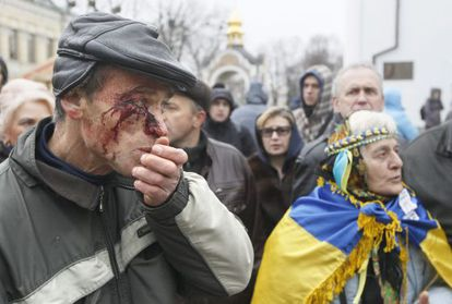 Un herido en la dispersión de la protesta, en Kiev.