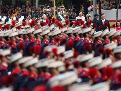 La Familia Real, el presidente del Gobierno y la ministra de Defensa durante el desfile del 12 de octubre de 2019 en Madrid.
