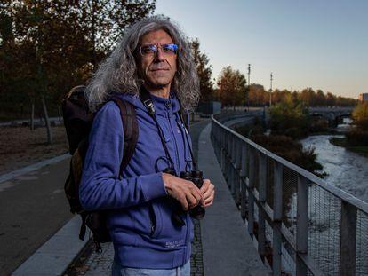 Javier Rico, periodista ambiental, durante una caminata junto al Manzanares para observar aves.