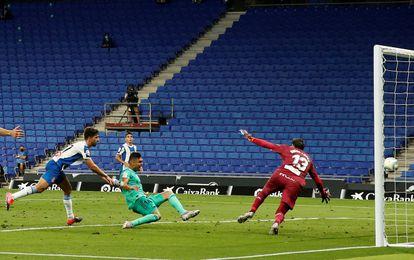 Casemiro marca el gol del triunfo del Real Madrid ante el Espanyol.