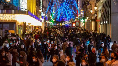 Gente pasea en la calle Preciados en Madrid este miércoles.