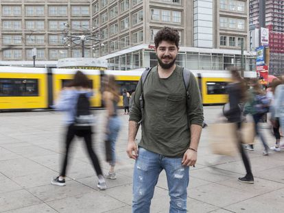 Rames (23) refugiado sirio que llegó hace un año a Berlin, en Alexanderplatz en Berlín.