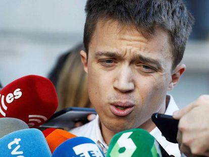 Íñigo Errejón responde a la prensa tras la filtración del acuerdo que proponía Carolina Bescansa. Emilio Naranjo EFE