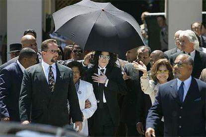 Michael Jackson, al salir del juzgado, del brazo de su madre. A la derecha, su hermana La Toya y su abogado, Thomas Mesereau.
