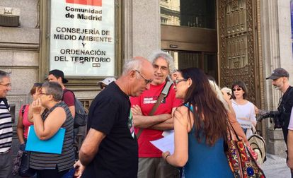 La portavoz adjunta de Unidas Podemos-IU en la Asamblea de Madrid, Sol Sánchez, junto a miembros de asociaciones contra la ampliación del vertedero de Pinto, este lunes.