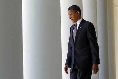 Barack Obama sale de la Casa Blanca y se dirige a hacer una declaración pública, ayer en Washington.