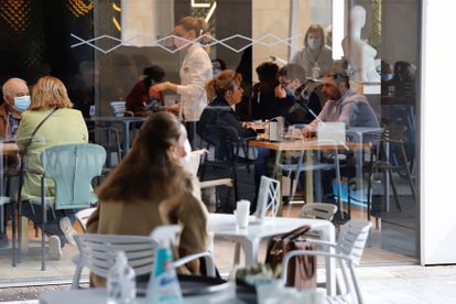 Los bares y restaurantes de la región de Murcia vuelven a abrir su interior desde el pasado miércoles.