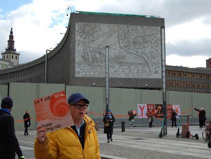 Protestas frente al Bloque Y, donde se encuentra el mural de 'Los pescadores' de Picasso, este 12 de mayo.