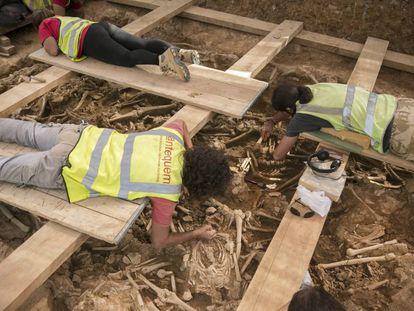 Arqueólogos trabajan en las fosas de las obras de la Sagrera.