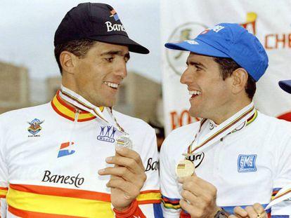 Indurain y Olano lucen sus medallas en el podio de Duitama en 1995.