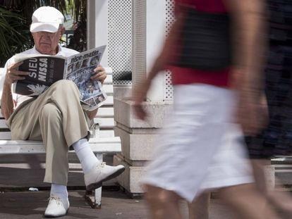 Un turista lee la prensa en el Paseo de los Ingleses de Niza.
