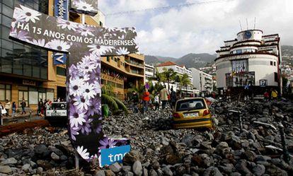 El aspecto de una de las calles de Funchal tras el fuerte temporal.