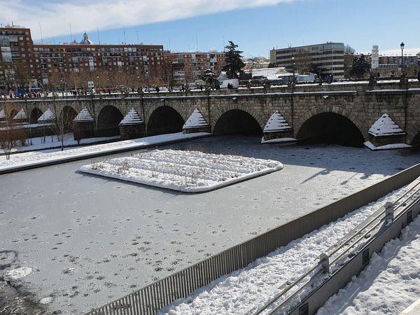 GRAF8688. MADRID, 10/01/2021.- Vista del río Manzanarares y el puente de Segovia en Madrid, este domingo. El Gobierno ha alertado este domingo de que el riesgo provocado por la borrasca Filomena no ha pasado porque, tras el temporal de nieve, ahora se avecina una caída aún más intensa de las temperaturas que creará grandes placas de hielo, aún más peligroso para vehículos y viandantes. EFE/ Ricardo Ruiz