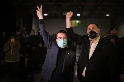 El candidato Pere Aragonès junto a Oriol Junqueras en el inicio del mitin final de campaña.