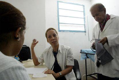 Una doctora cubana atiende a un paciente en Caracas.