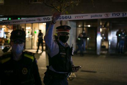Los Mossos y la Guardia Urbana, en el lugar donde fue tiroteado un 'sin techo' en Barcelona.