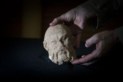 Hallada en Barcelona una cabeza romana de mármol de Sileno.