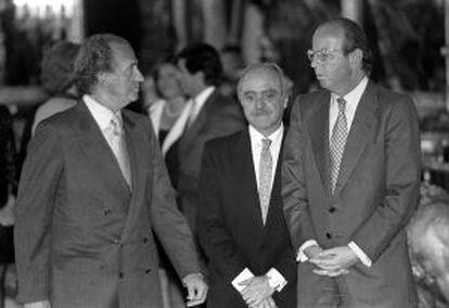 Don Juan Carlos, junto a Fernando Almansa y Rafael Spottorno, en una recepción en 1998.