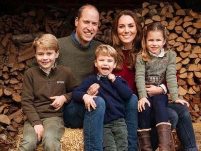 La felicitación navideña de los duques de Cambridge y sus hijos, Jorge, Luis y Carlota (de izquierda a derecha).