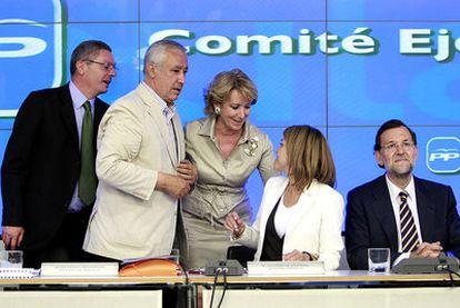 De derecha a izquierda, Mariano Rajoy, Dolores de Cospedal, Esperanza Aguirre, Javier Arenas y Alberto Ruiz-Gallardón, en el Comité Ejecutivo Nacional del PP.