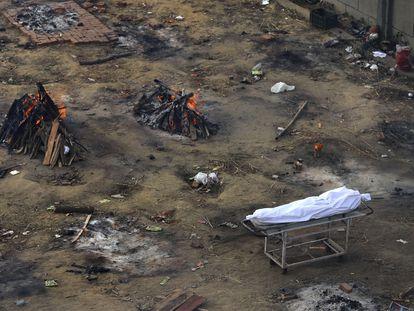 Piras funerarias en Nueva Delhi, India, para quemar a los muertos de covid.
