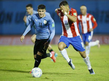 Giovanni González ante Ángel Romero, en el último partido de Uruguay en el Centenario frente a Paraguay.