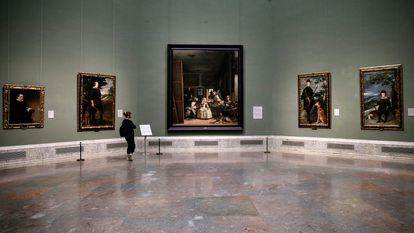 Una visitante observa 'Las meninas', este miércoles en un solitario museo del Prado.
