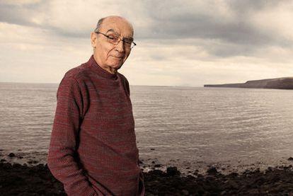 José Saramago, en playa Quemada, cercana a su residencia de Tías, en Lanzarote.
