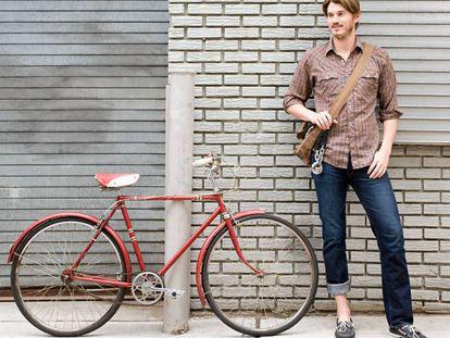 Es posible que lo de la bicileta urbana no sea una moda, sino que todos sus practicantes sean casualmente devotos todos de las camisas de cuadros, las barbas y los pantalones pitillo