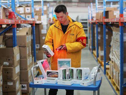 Un empleado prepara la salida al mercado de modelos de iPhone X.