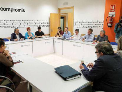 La comisión negociadora formada por el PSPV, Compromís y Unides Podem durante la reunión de este lunes. En vídeo, declaraciones de Manolo Mata y Antonio Estañ.